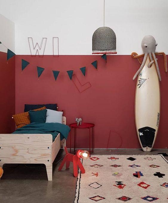 Cores para quarto infantil: vermelho, branco e verde.