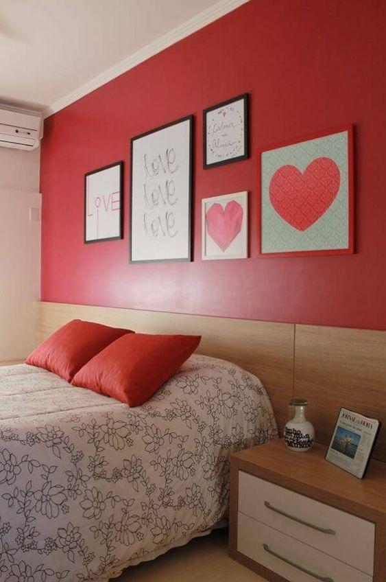 Quarto vermelho com quadros de coração