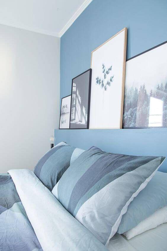 Parede combinando com roupa de cama azul.
