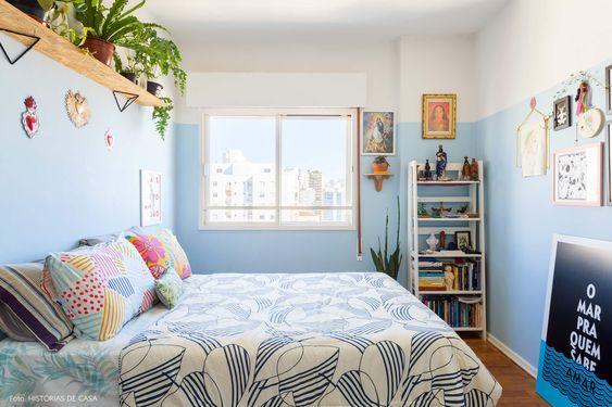 Cores de quarto claras que remetem ao mar: branco e azul.