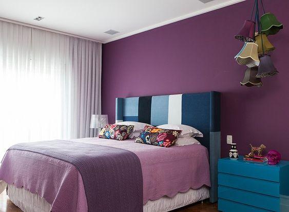 Cores para quarto em roxo com artigos coloridos.