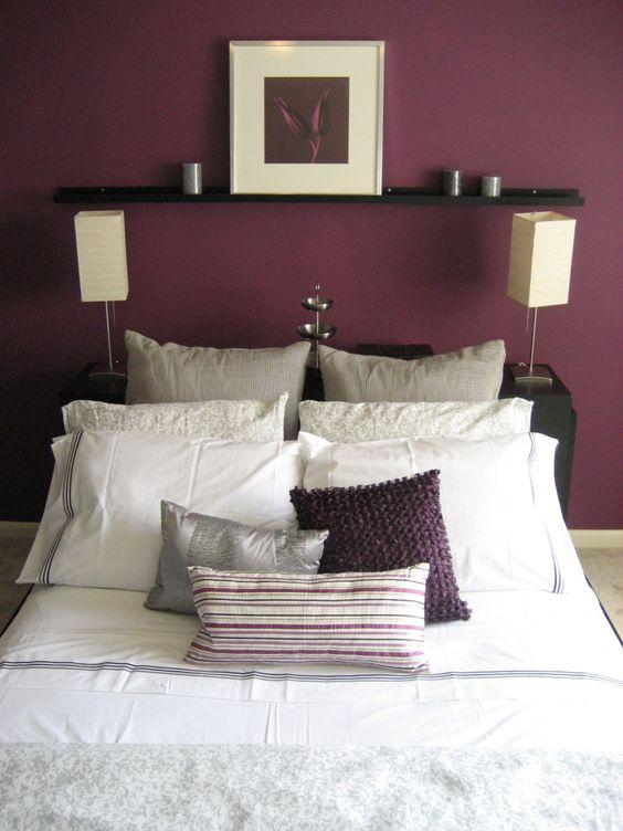 Quarto com decoração minimalista em roxo e branco.