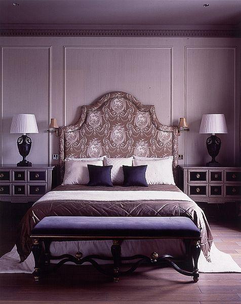 Quarto roxo com decoração clássica.