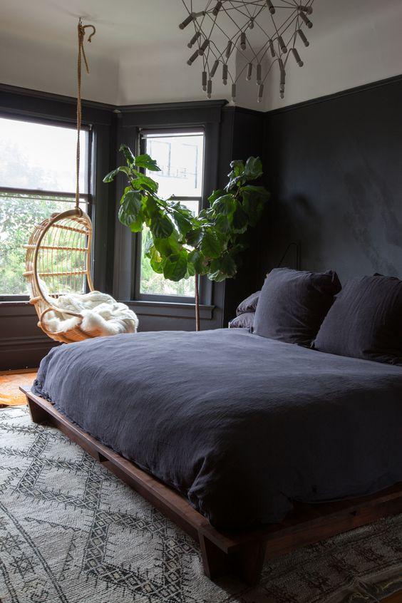 Cores para quarto em preto e madeira.