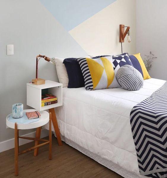 Cores para quarto de casal: cinza, branco e azul.