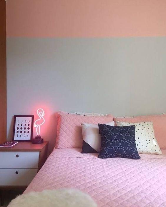 Quarto com parede rosa e azul.