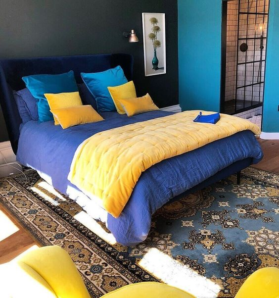 Cores para quarto de casal: azul, preto e amarelo.