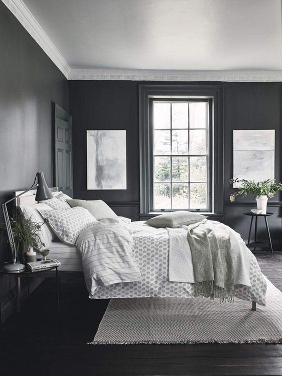Quarto de casal com paredes pretas.