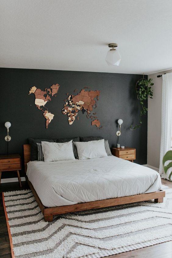Quarto de casal com mapa mundi na parede.