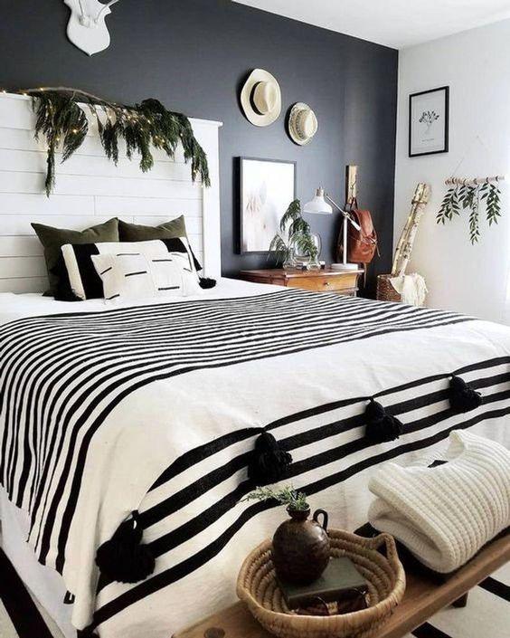 Quarto preto e branco com plantas.