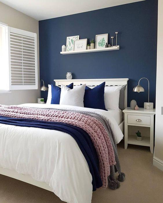 Quadro com parede azul e prateleira branca.
