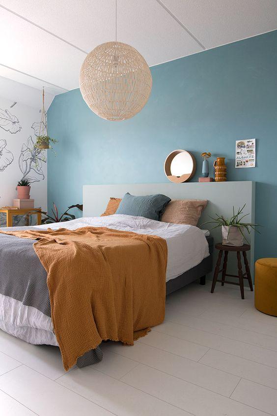 Cores para quarto de casal: mostarda e azul.