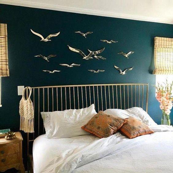 Quarto com pássaros pendurados na parede.