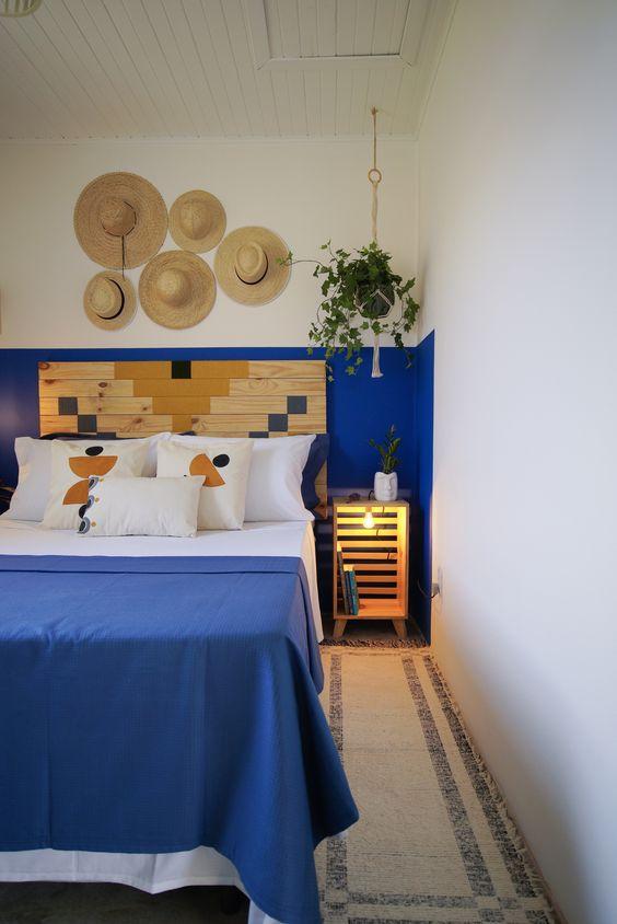 Cores para quarto de casal: azul e amadeirado.