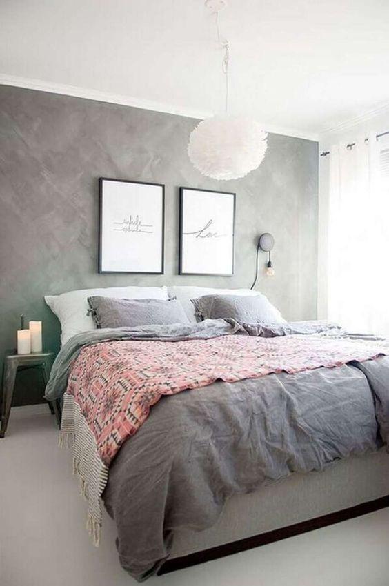 Quarto de casal com parede cinza e teto branco.