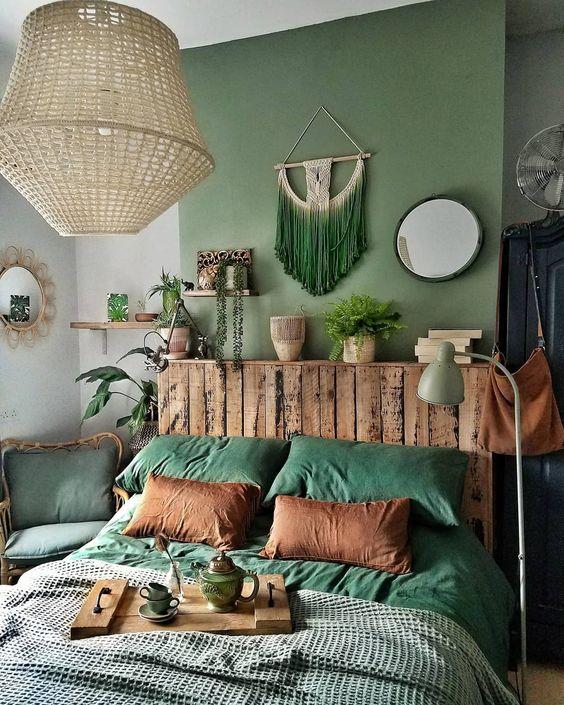 Quarto verde com plantas.