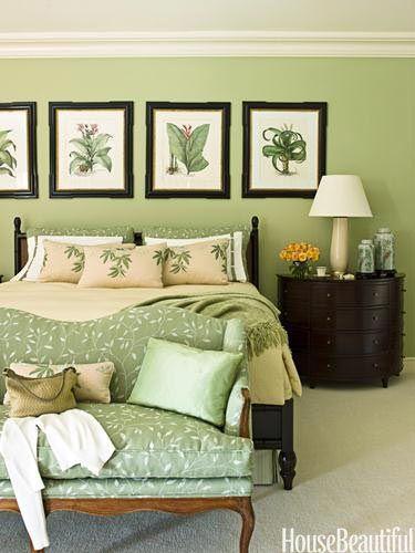 Quarto verde com quadros de plantas.