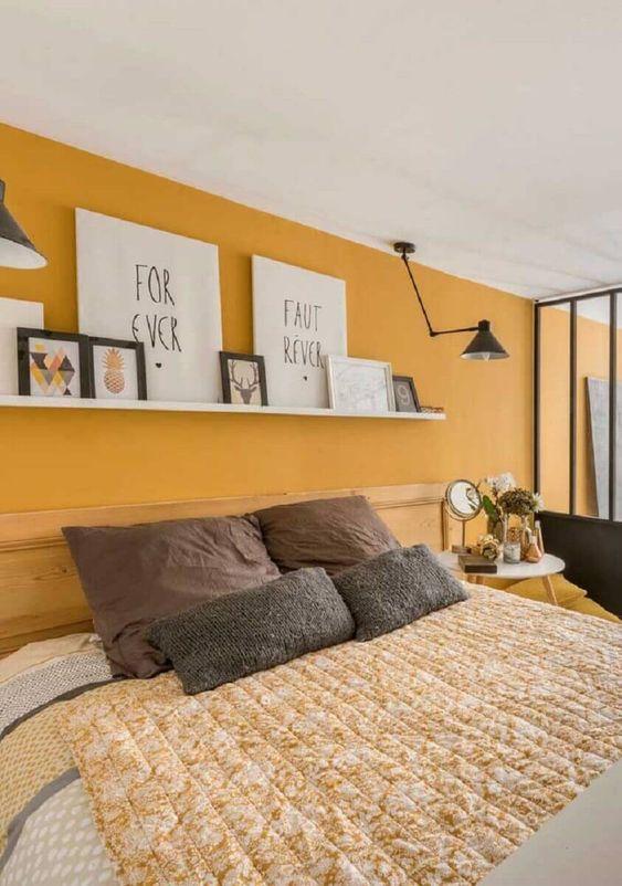 Cores para quarto de casal: amarelo e amadeirado.