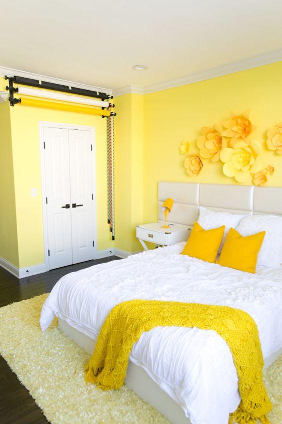 Quarto com flores amarelas na parede.