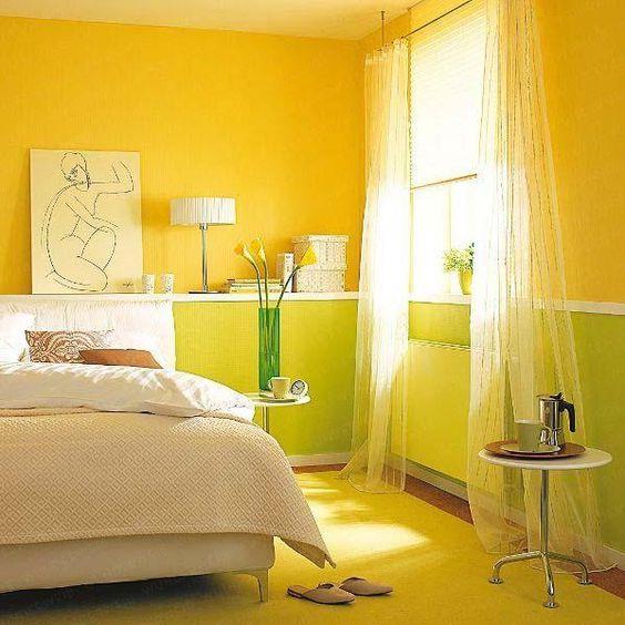 Quarto com paredes e tapete amarelos.