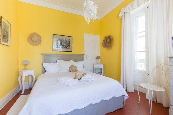 Cores para quarto de casal: amarelo e branco.