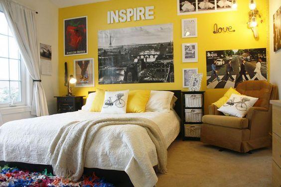 Parede amarela com muitos quadros e pôsters.