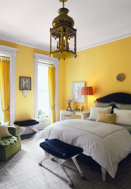 Cores para quarto de casal: amarelo, branco e azul marinho.