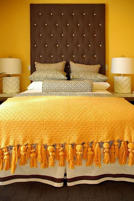 Cores para quarto de casal: amarelo e marrom.