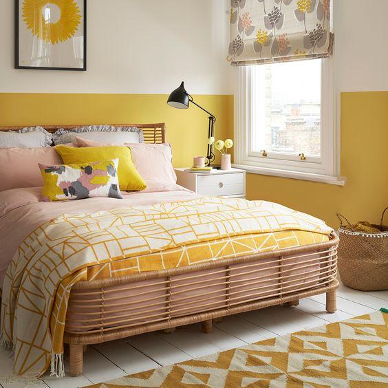 Quarto com uma faixa horizontal amarela nas paredes.