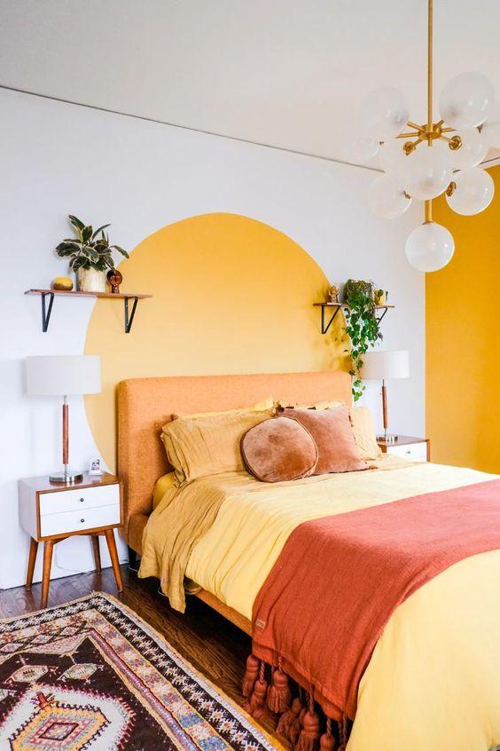 Cores para quarto de casal: branco, amarelo e laranja.