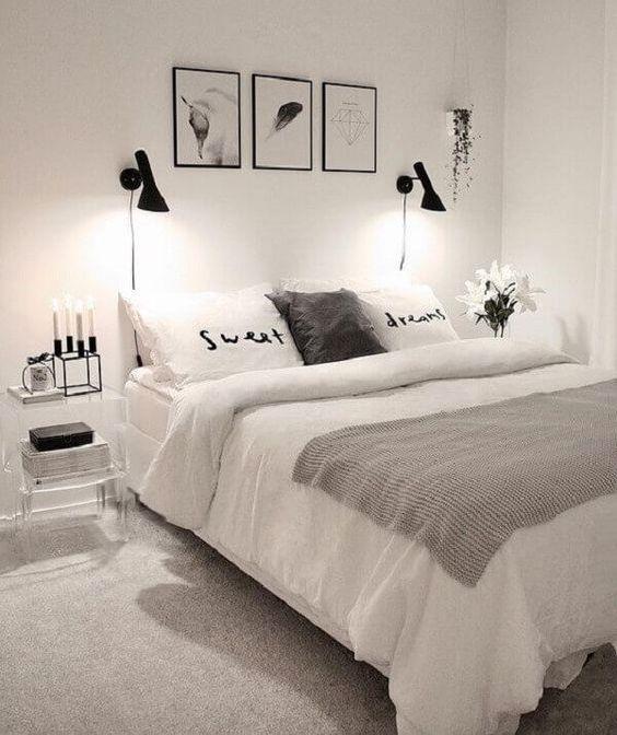 Quarto branco com artigos decorativos pretos.