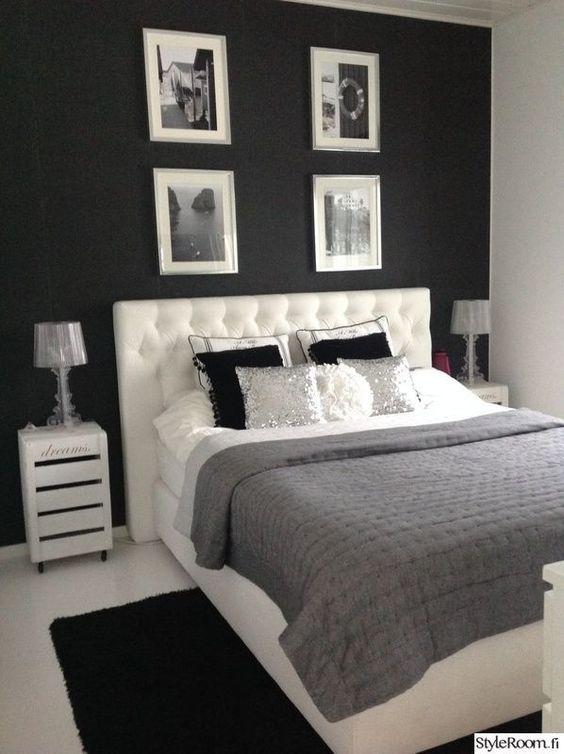 Quarto com almofadas em branco, preto e prata.