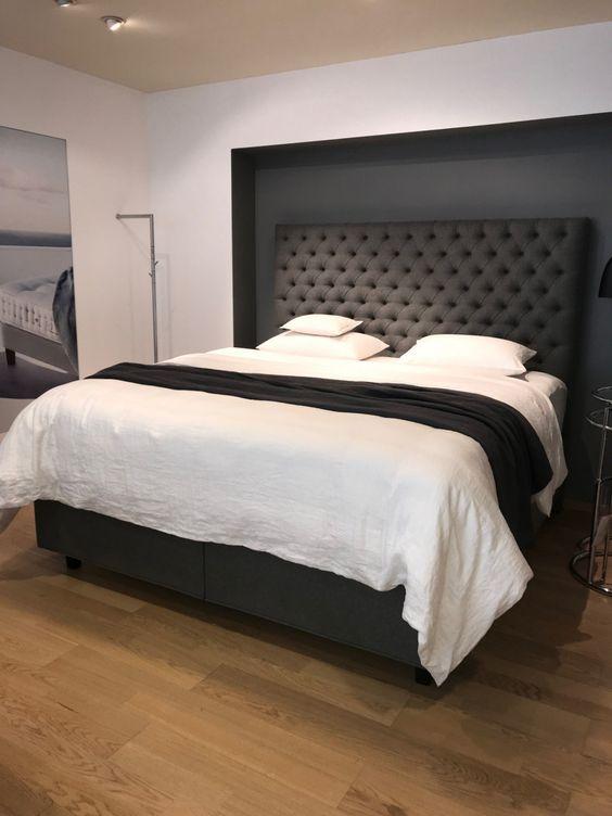 Cores para quarto de casal: paredes brancas com detalhes preto.
