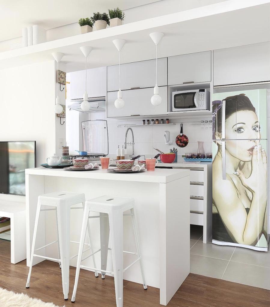Decoração simples com armário branco e bancada branca de madeira.