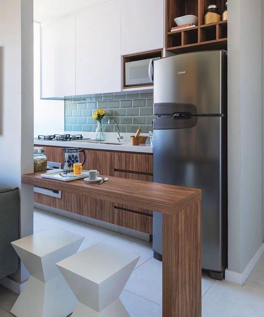 Decoração com armário de madeira e azulejo de tijolinho cinza.