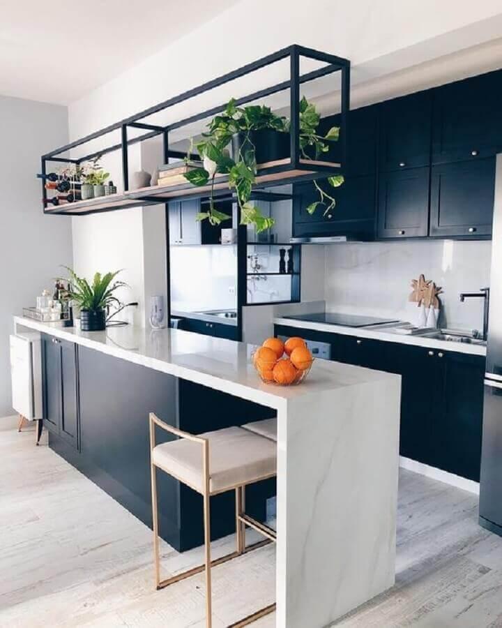 Cozinha americana pequena moderna com armário preto e bancada de mármore.