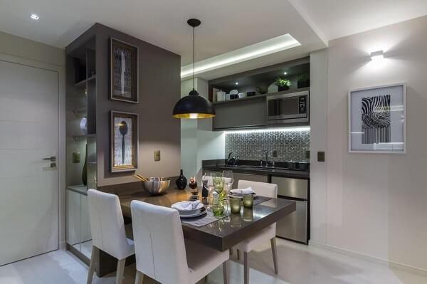 Decoração moderna com armários neutros e iluminação com fita de led.