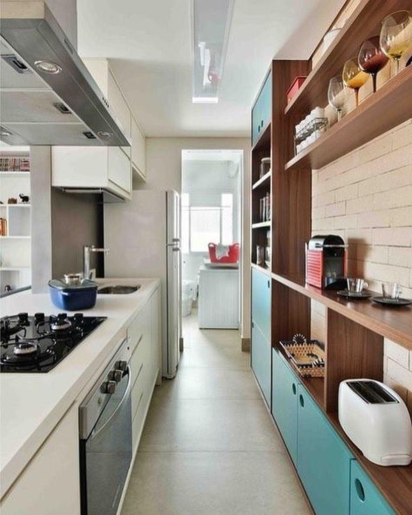 Decoração simples com armário azul e armário branco.