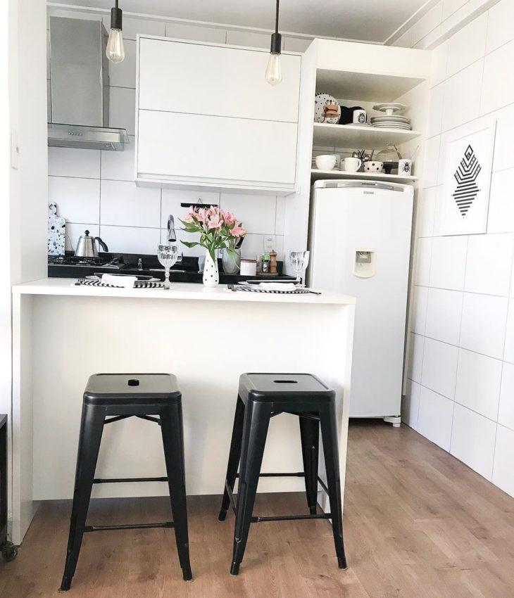 Cozinha planejada pequena branca simples.