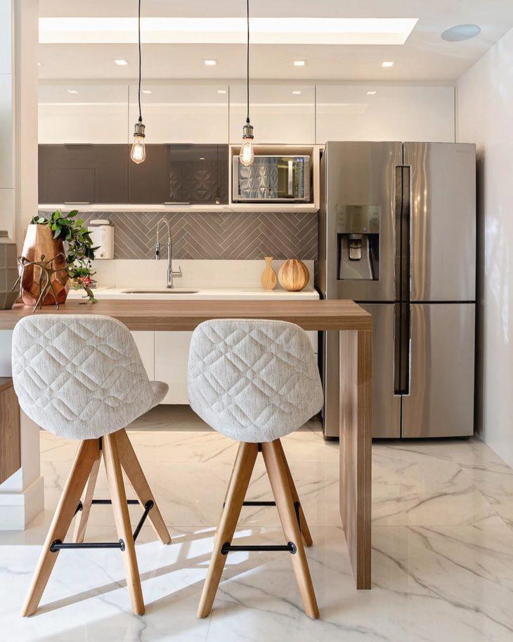Decoração elegante com armário branco e bancada de madeira,