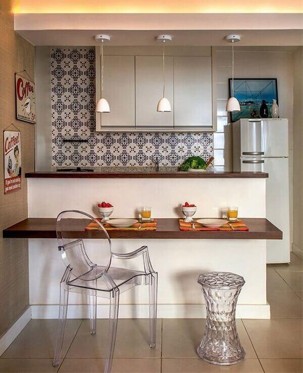 Cozinha americana pequena com azulejo decorado.
