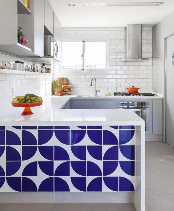 Cozinha americana pequena simples com azulejo colorido.