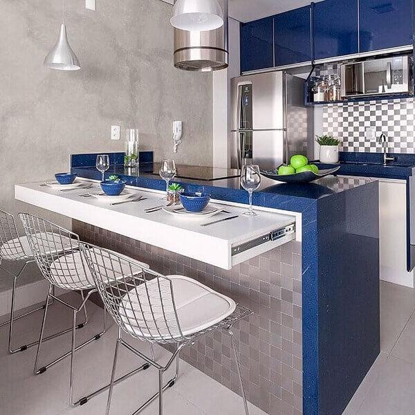 Decoração moderna com armário azul e bancada azul.