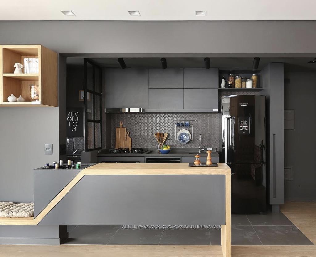 Cozinha americana pequena moderna com armário cinza.