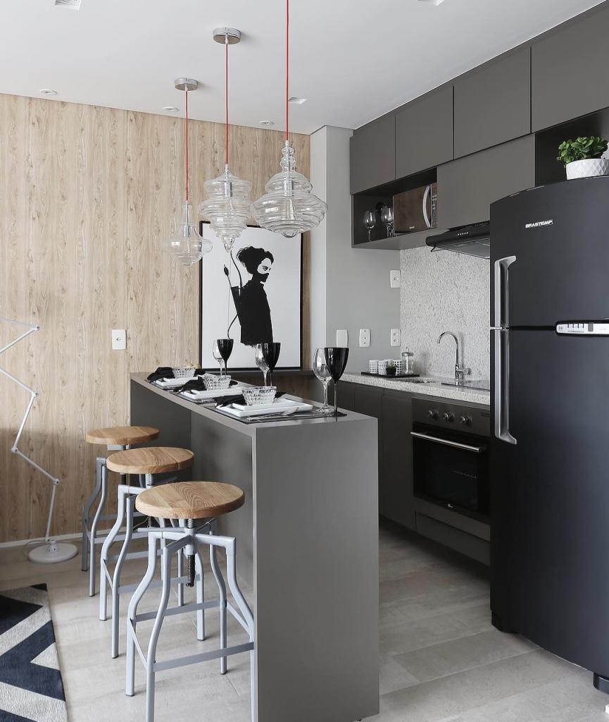 Decoração moderna com armário cinza e painel de madeira.