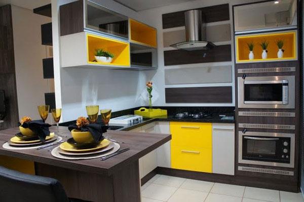Decoração moderna com armário amarelo.
