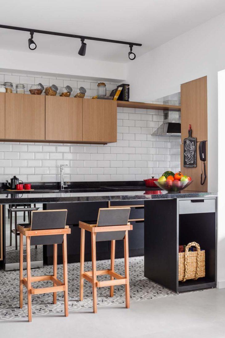 Decoração armário de madeira, armário preto e azulejo de tijolinho branca.