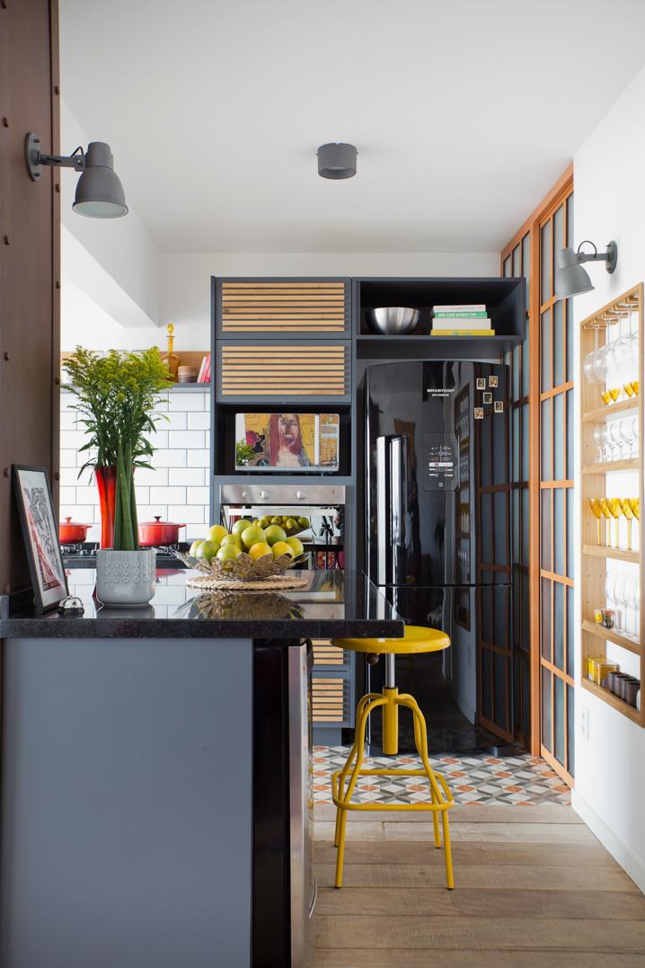 Decoração moderna com armário cinza e bancada de granito.