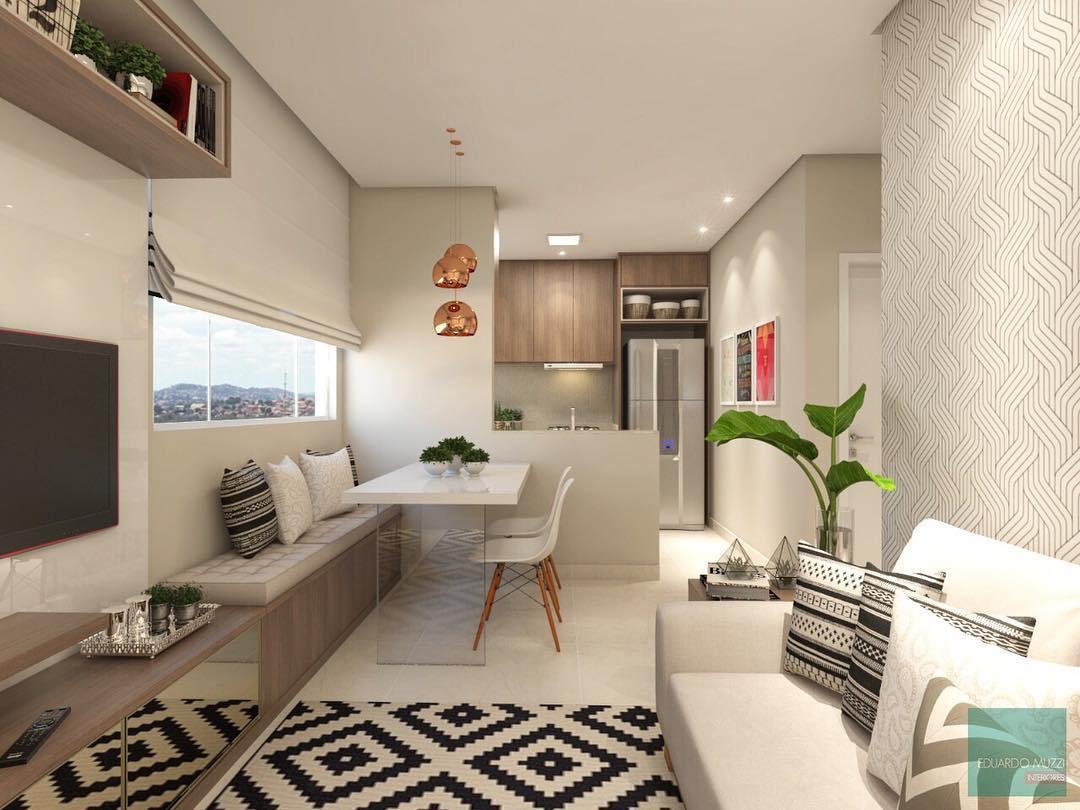 Sala com decoração elegante em tons neutros com papel de parede.