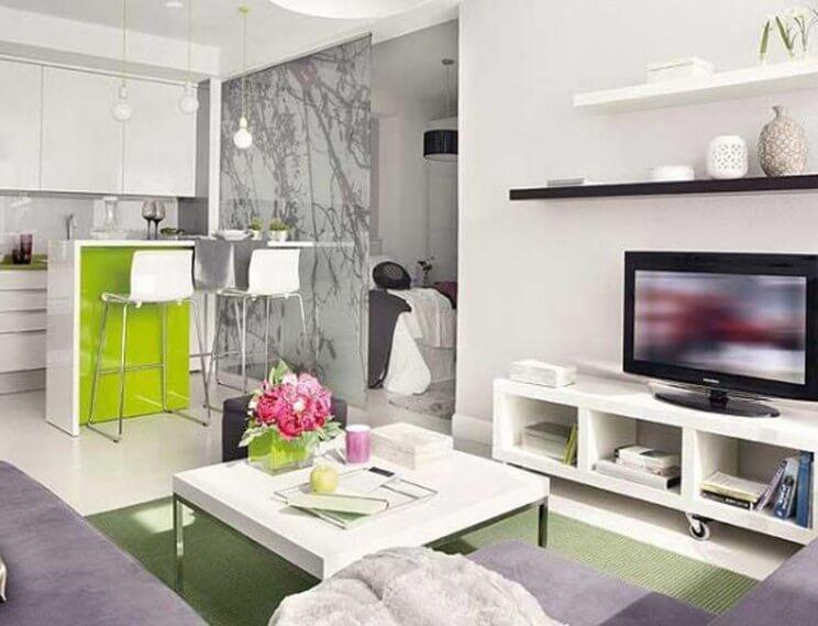 Decoração moderna com bancada de madeira verde.